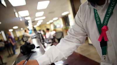 Vestidos de blanco y portando moño rosa, empleados demandan mejor...