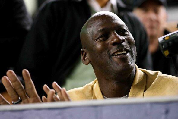 Mientras tanto en las gradas, Michael Jordan disfrutaba del juego.