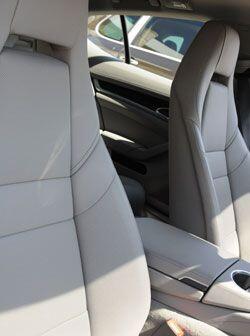 Sus asientos son cómodos y brindan un soporte lateral de primer nivel.