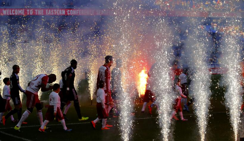 Salida iluminada para New York Red Bulls y DC United en el Red Bull Arena.