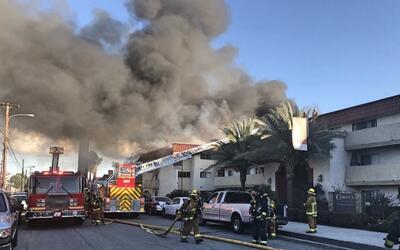Bomberos del condado de Los Ángeles combaten las llamas.