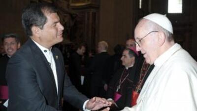 El presidente de Ecuador, Rafael Correa, con el papa Francisco.