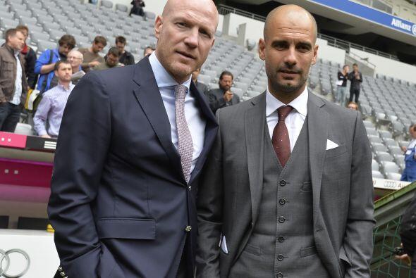 Los dos ex futbolistas posaron para la lente de los fotógrafos.