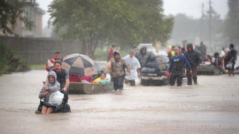Algunos residentes de Houston, en Texas, son rescatados luego del paso d...