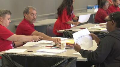 Maestros de Los Ángeles votan a favor de autorizar huelga en medio del estancamiento de las negociaciones