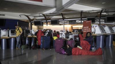 Un repentino corte de energía en el aeropuerto de Atlanta provocó la can...