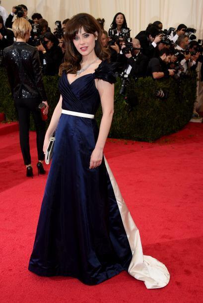 Una de las mejores vestidas de la noche fue Zooey Deschanel, su estilo r...