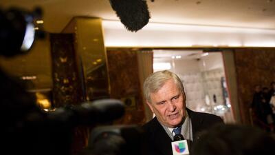 Randy Falco, presidente ejecutivo de Univision, habla a los periodistas...