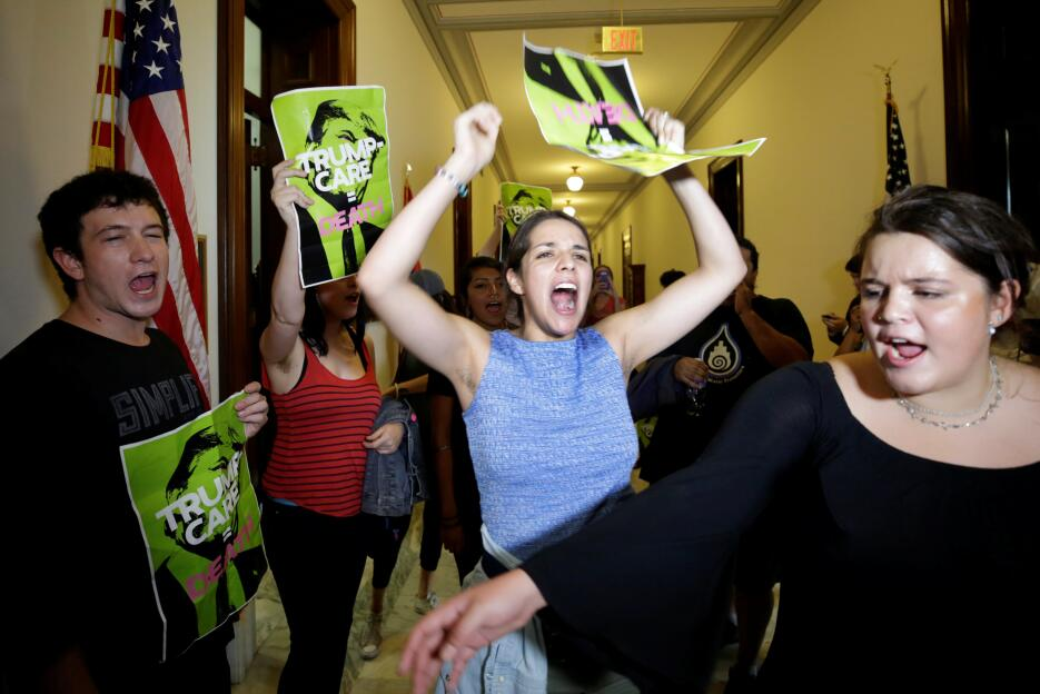 Los activistas se sentaron en distintos pasillos del Capitolio, pidiéndo...