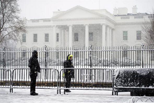 Miembros del Servicio Secreto estadounidense vigilan el exterior de la C...