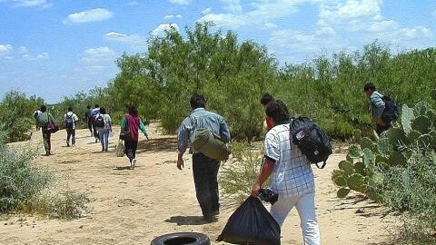 Ciudadanos mexicanos cruzando el desierto en la frontera con Estados Uni...