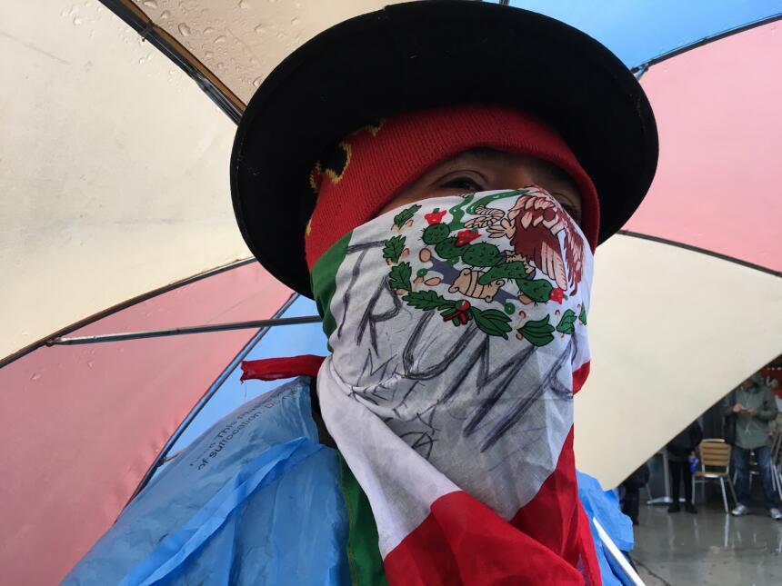 Agapito Rosas, un jornalero mexicano, cubrió su rostro con la bandera de...