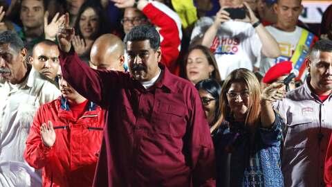 El presidente Nicolás Maduro desde una tarima frente al palacio de Miraf...