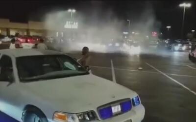 En video: Sujetos disparan tiros al aire mientras hacen maniobras con au...