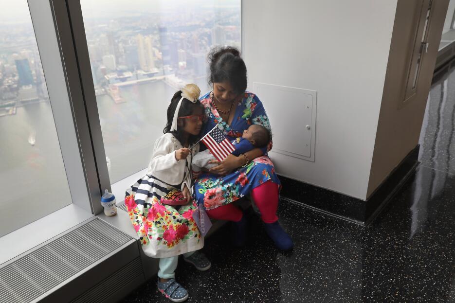 En fotos: Mirando hacia la Estatua de la Libertad, 30 inmigrantes juran...