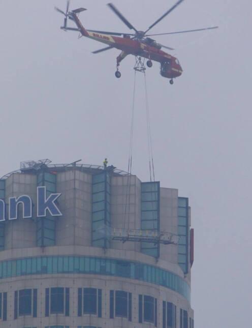Helicóptero transporta una resbaladilla gigante hasta una torre en L.A.