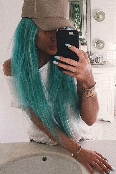 Kylie Jenner con su cabello azul