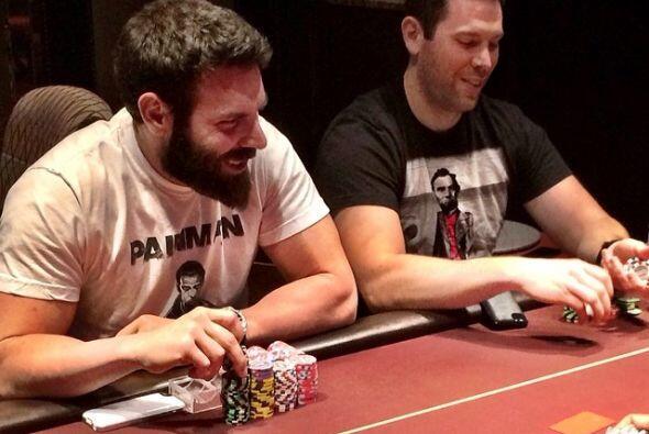 Es un jugador de póker profesional y gasta mucho dinero apostando en cas...