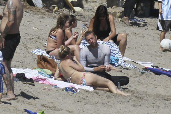 Esta parejita fue captada por los paparazzi en las playas de Malibú el p...