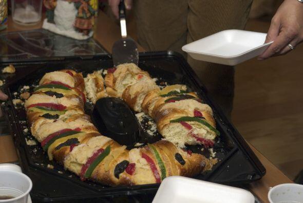 Rosca de Reyes. Se sirve el 6 de enero y se empieza a preparar en las pa...