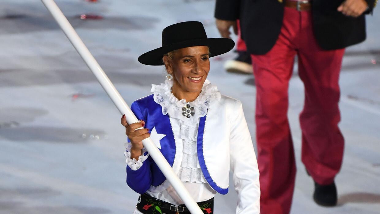 Érika Olivera con la bandera chilena durante la ceremonia de inauguració...