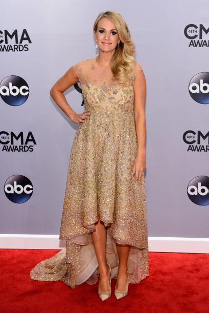 Linda y muy coqueta fue Carrie Underwood, quien ocultó un poco su embara...