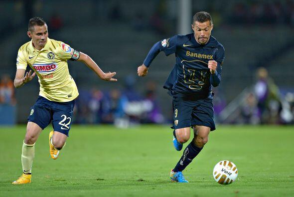 El paraguayo Dante López supera por velocidad al jugador de las Águilas,...