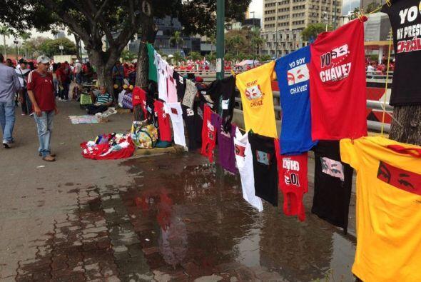 Gorras y playeras a favor del Comandante Chávez.  Foto tomada por...