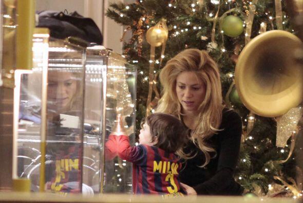 La cantante estuvo haciendo algunas compras en Barcelona, acompañada del...
