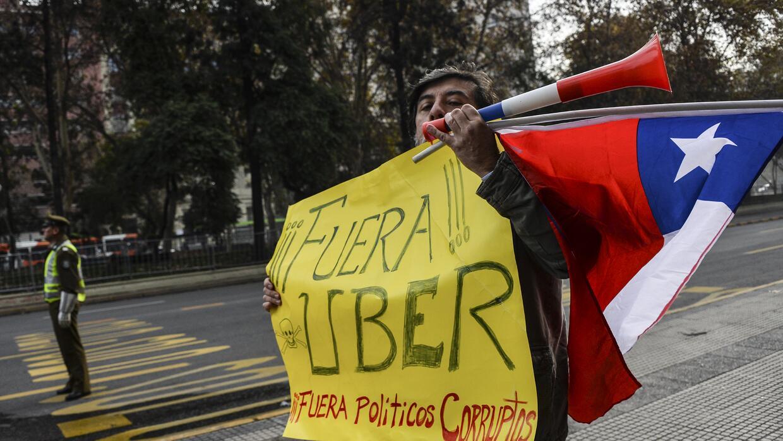 Taxistas se manifiestan en la Alameda en Santiago, Chile.