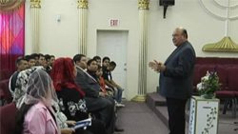 Pastor Carlos Montemayor habla con los miembros de su iglesia