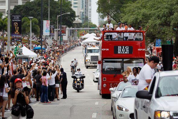 (Con información de AFP) Miles de aficionados festejaro en un desfile po...
