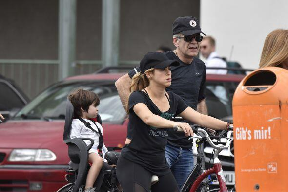 Shakira apareció montada en una bicicleta pasando un tierno momento al l...