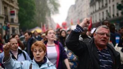 Trabajadores marchan por las calles de Paris, Francia, el 1 de mayo.