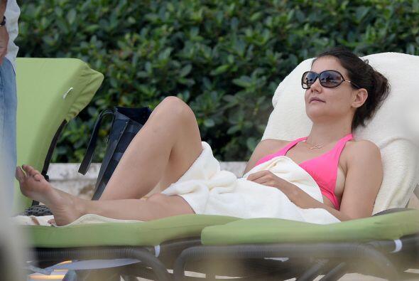 La famosa de 35 años lució su esbelta figura en un bikini rosa, mientras...
