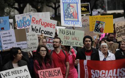 Decenas de manifestantes protestaron contra el veto migratorio de Trump,...