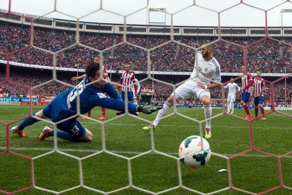 Y Karim Benzema contó con la suerte de empujar el balón al fondo de la p...