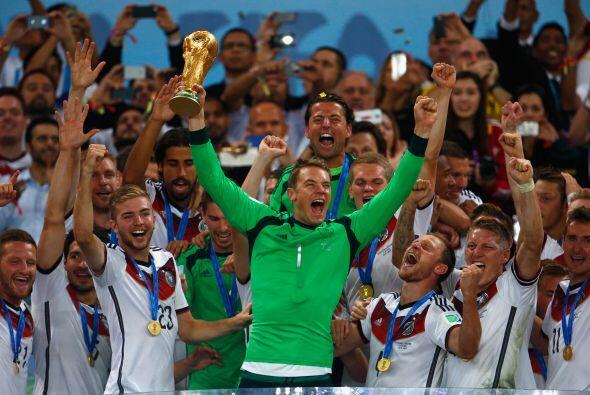 Manuel Neuer.- El portero alemán tuvo un año excelente pues levantó la C...