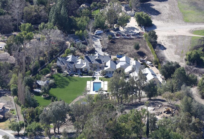 Kim kardashian y kanye west dejan la casa de kris jenner for Decoracion navidena casa kim kardashian