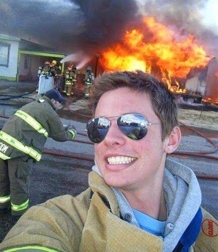 Este Bombero se tomó el tiempo en tomarse un selfie antes de entrar a tr...