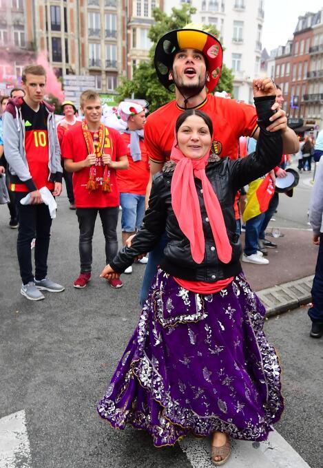 Los fans de Bélgica y Gales desbordaron la pasión en el Estadio de Lille...