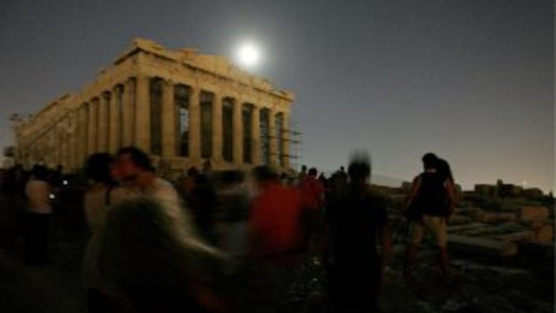 Visitantes del Parternón, ubicado en el Acropolis, en Atenas, Grecia, ob...