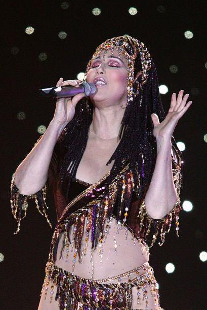 Con sus más de seis décadas la cantante sigue utilizando atuendos así de...