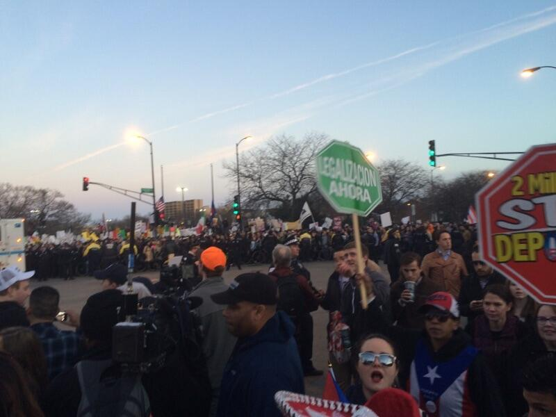 Imágenes de la protesta fuera del UIC Pavilion