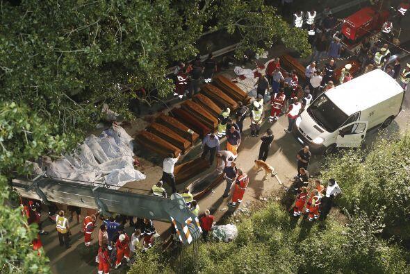 Los 36 cadáveres extraídos de los hierros del autocar fueron trasladados...