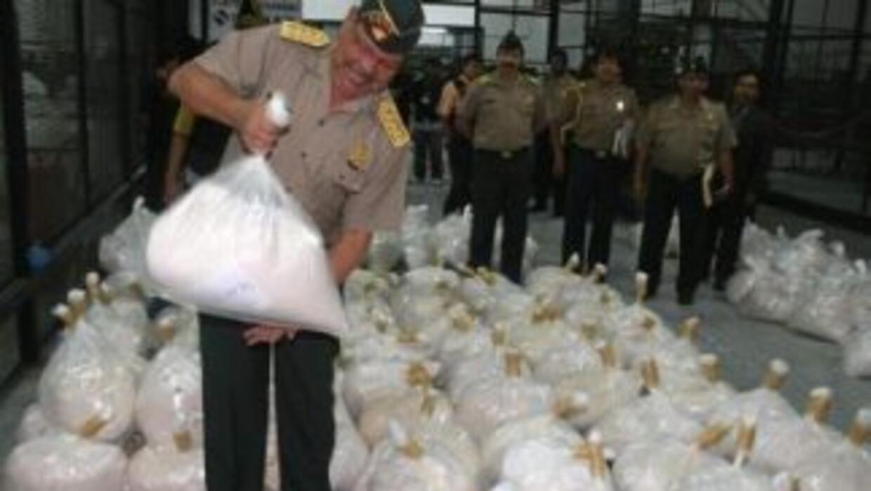 Autoridades peruanas incineraron hace dos días más de 2,650 libras de va...