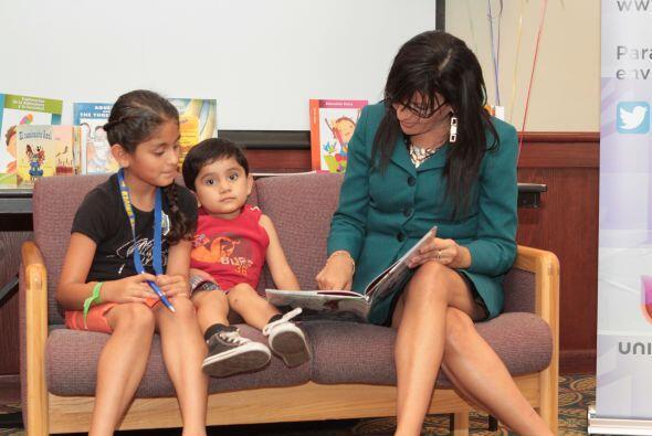 Maribel López leyendo a los niños.La lectura es una de las herramientas...