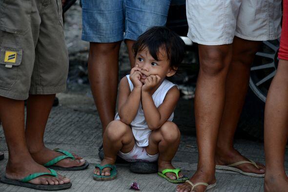 Sobrevivientes del tifón Haiyan hacen fila para recibir art&iacut...