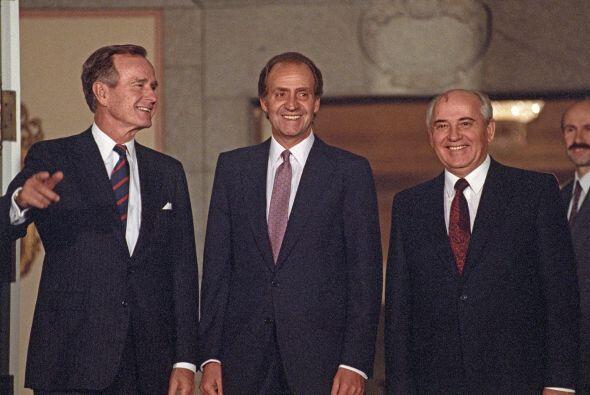 El expresidente estadounidense, George Bush, (d) conversa con el rey Jua...
