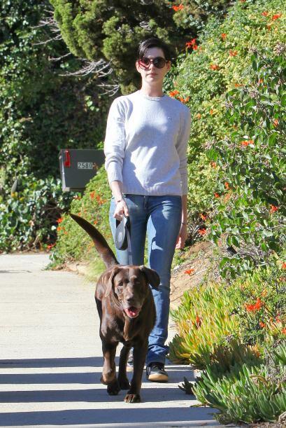 Anne Hathaway salió a pasear a su perrita. Mira aquí los videos más chis...
